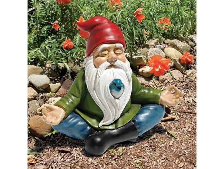 Beruhigen Sie sich! Der hiesige Gartenzwerg hat beschlossen, die Lotus Position einzunehmen, sich zu entspannen und einfach die Rosen zu riechen. Die