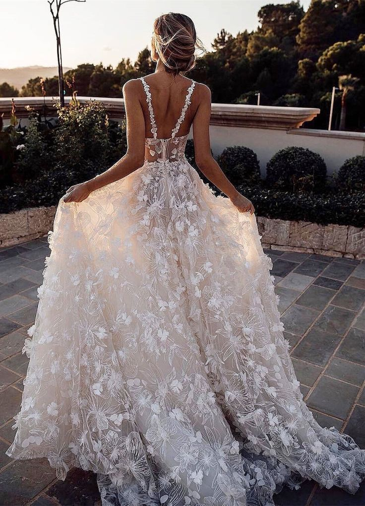 Dignified Scoop Sleeveless Court Train Lace Wedding Dress #spitzeapplique
