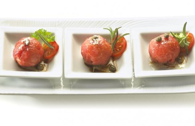 Dun gesneden gemarineerd Witblauw rundvlees geserveerd met couscous en een kruidenslaatje #koudehapjes
