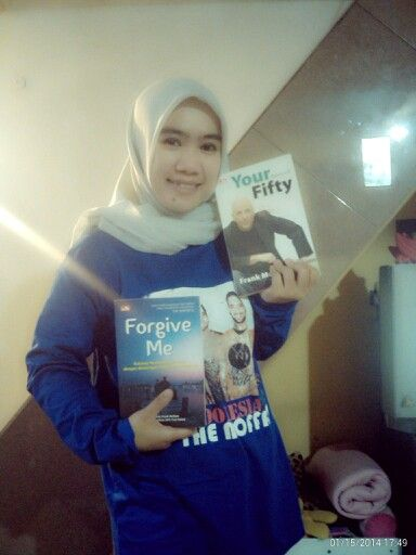 MY narsis time with books from frank moffatt and nice tshirt from indonesia cinta the moffatts