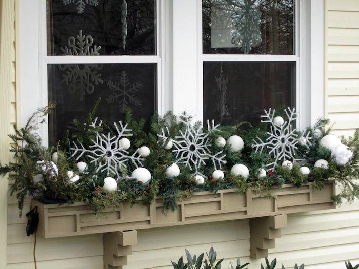 weihnachtsdeko fenster schneeflocken weiße kugeln am fenster - deko fenster wohnzimmer