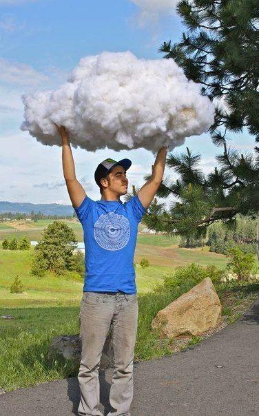 Облако из ваты, наклеенной на надутые воздушные шарики ...