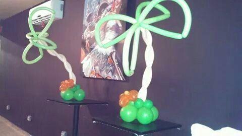 Decoración de plamas en globo en un pop