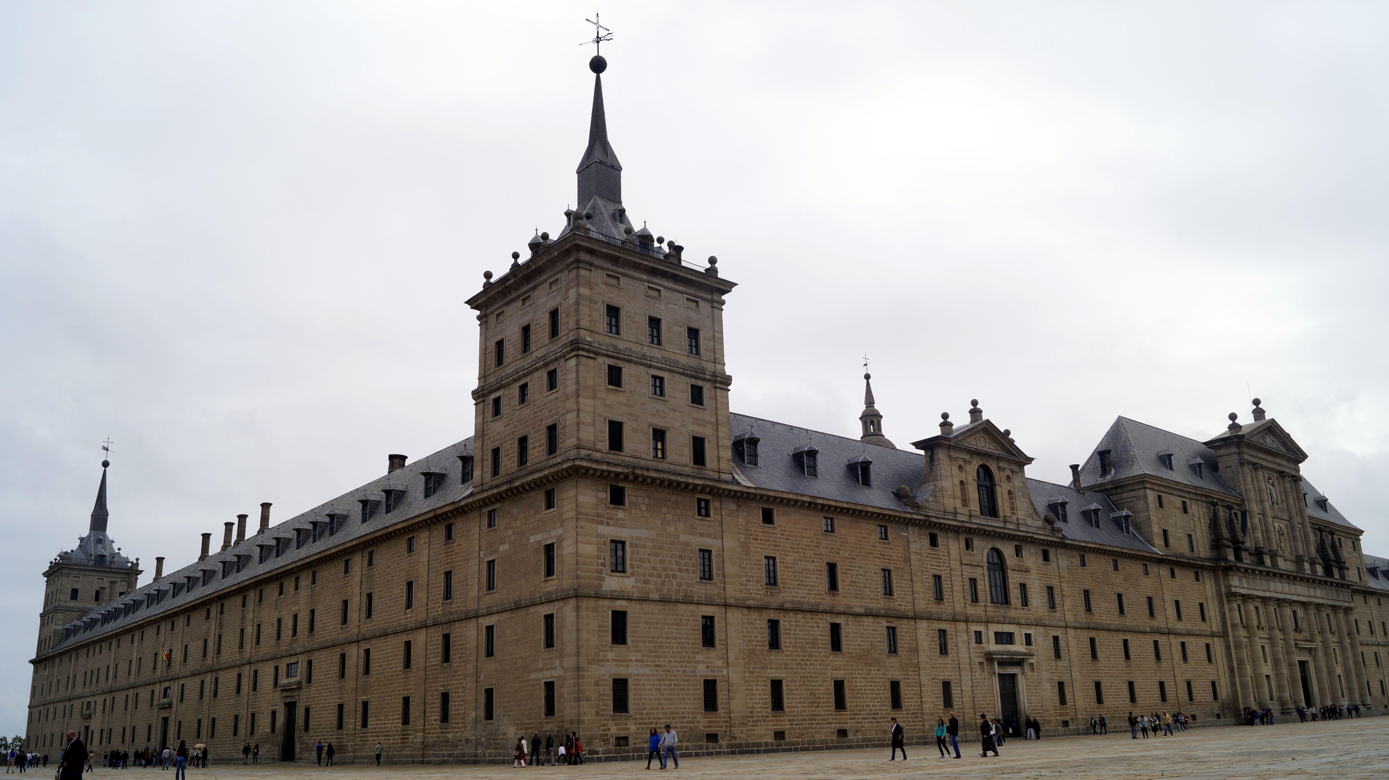 Ubicado A 40 Kilómetros De Madrid El Real Sitio De San Lorenzo De El Escorial Es Un Monumento Patrimonio De La Humanidad Felipe Ii Fi Landmarks Louvre Travel