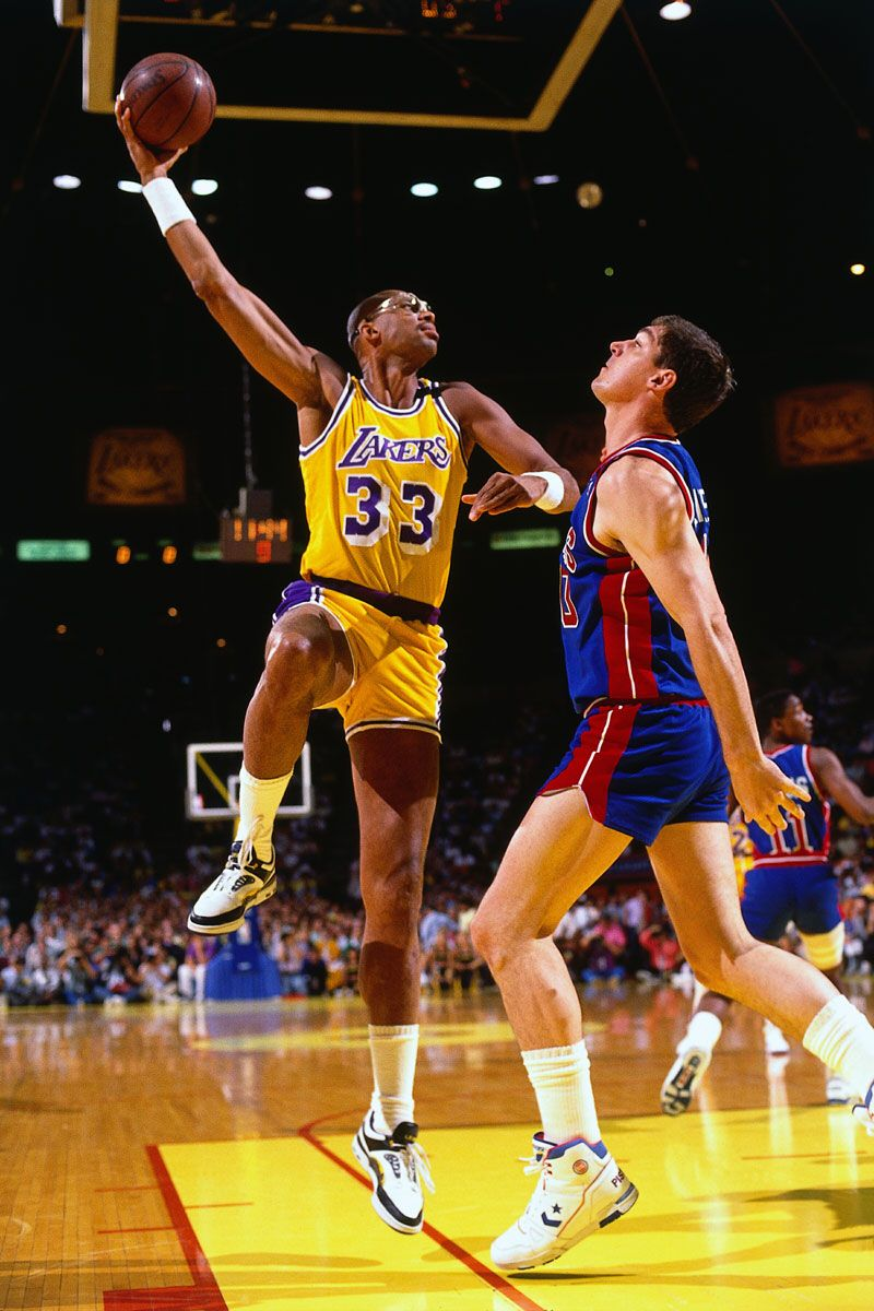 This Is An Image Of Kareem Abdul Jabbar Preforming His Famous Moved Named The Skyhook Kareem S Career Began Kareem Abdul Jabbar Kareem Abdul Lakers Basketball