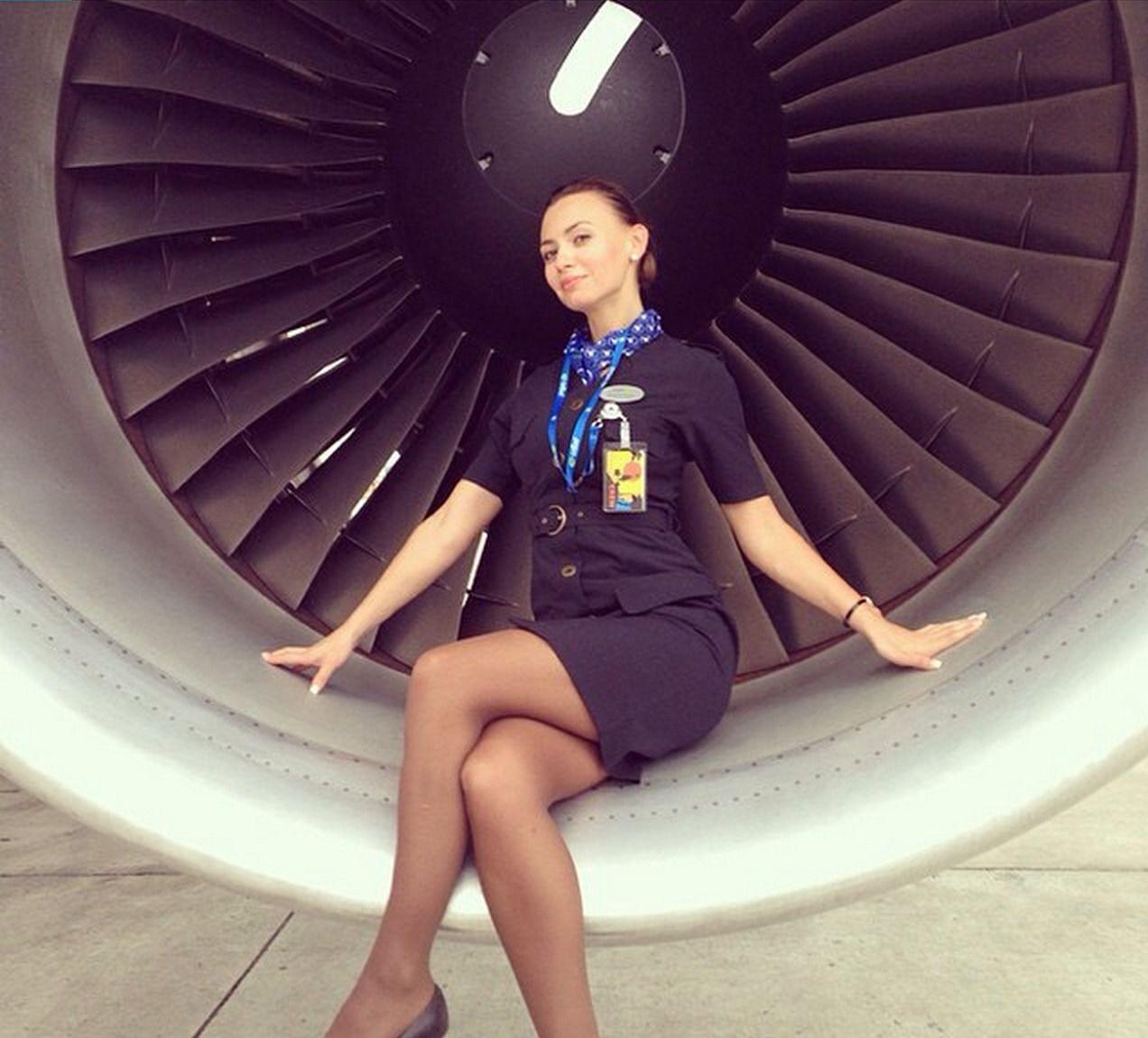 foto-styuardess-v-yubkah-vilizal-zhenskuyu-popu
