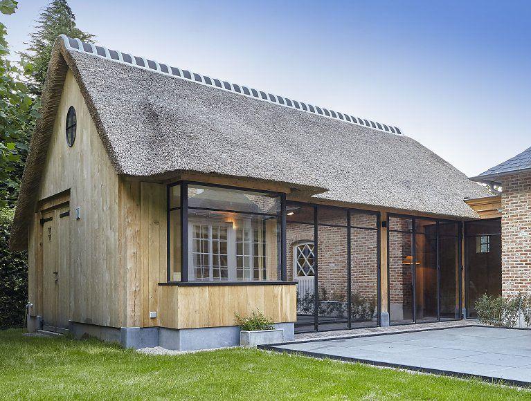 Thuiskantoor Uitbouw Tuin : Houten aanbouw met stalen ramen en rieten dak. black steal and wood