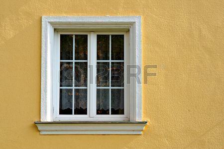 Best simple fenêtre avec cadre blanc jaune sur la façade | Travaux  HI06