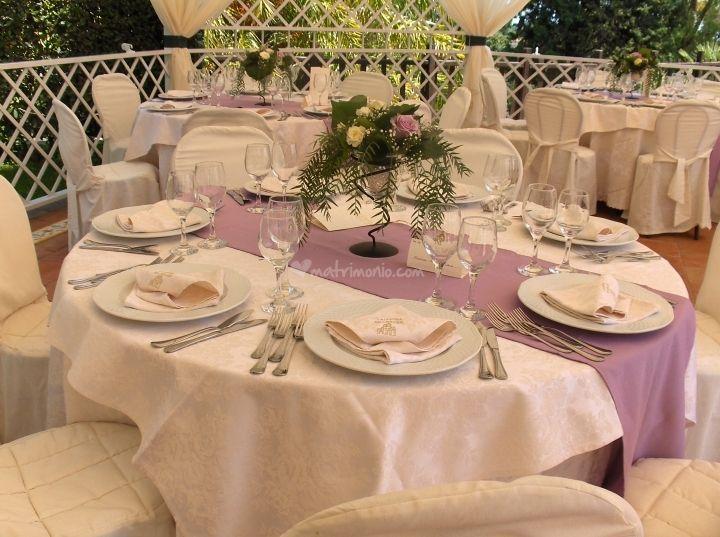 Tavolo ospiti con opzione runner glicine di La Certosa dei Cavalieri | Foto 7