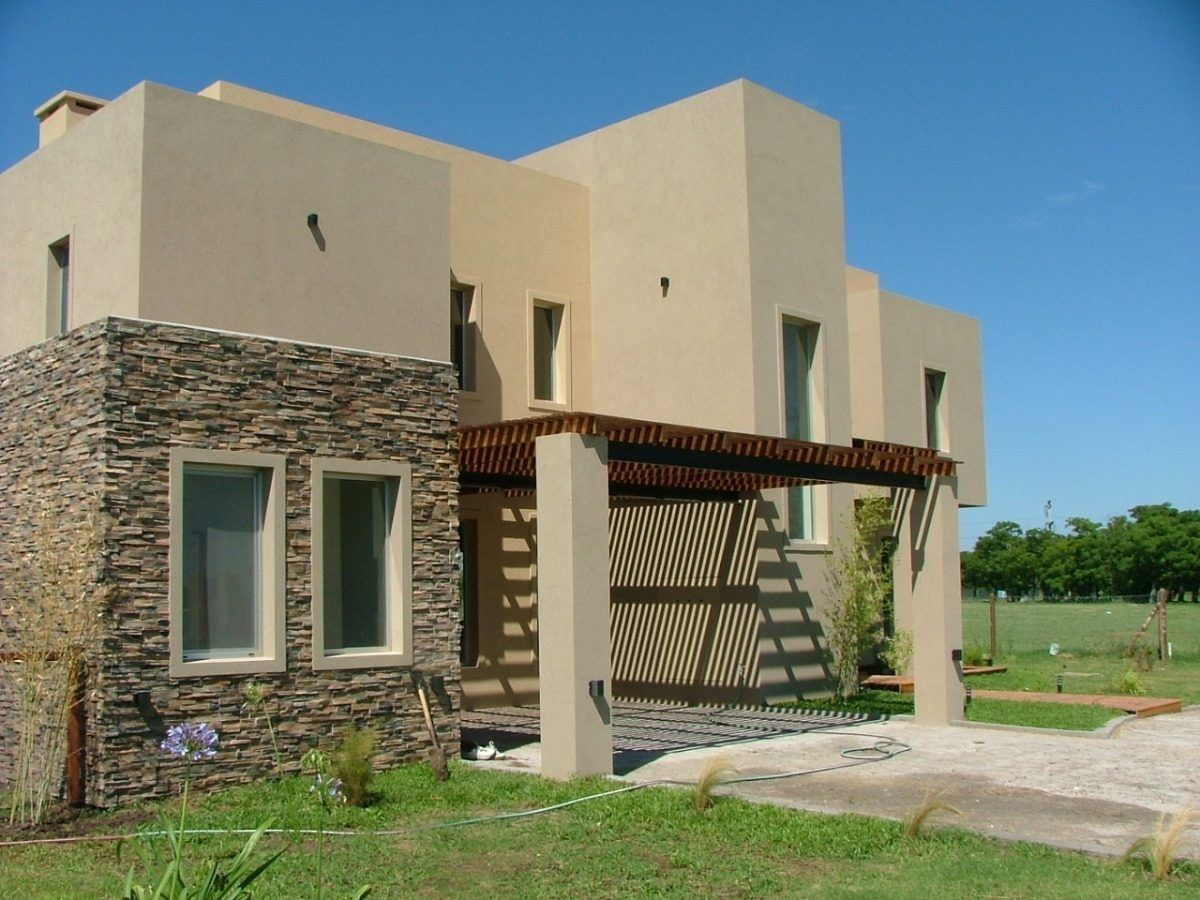 Me gusta la piedra con la madera y las muchetas de las for Fachadas de casas modernas con piedra de una planta