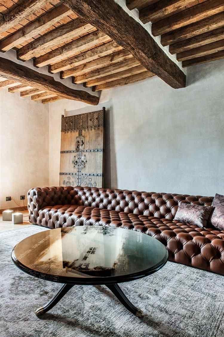 plafond bois avec poutres apparentes et ambiance rustique d 39 une maison poutre colonne plafond. Black Bedroom Furniture Sets. Home Design Ideas
