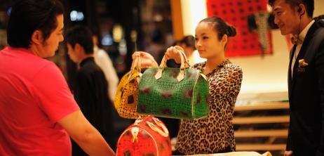 Luxus-Produkte von Louis Vuitton, Gucci, Hermès oder Bottega Veneta - Chinesen kaufen derlei Waren am liebsten im Ausland ein