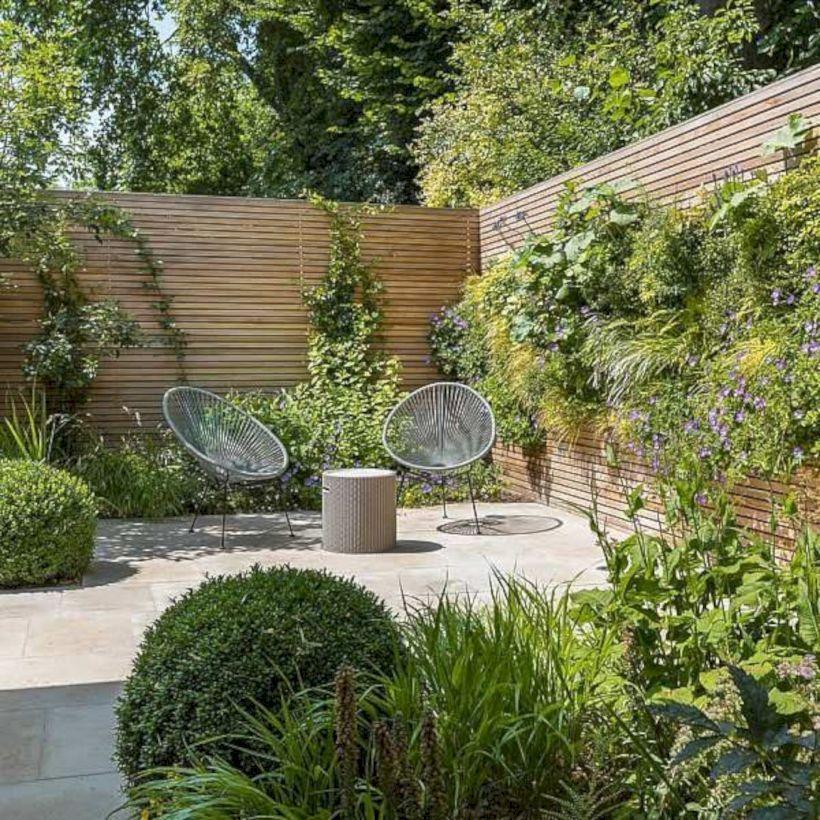 Mooie Schutting Met Hoge Grassen Er Tegenaan A Zen Garden Is A Well Known And Increasi In 2020 Courtyard Gardens Design Small Courtyard Gardens Small Garden Design