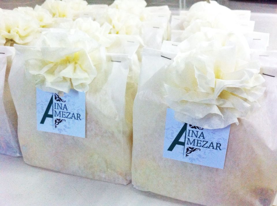 Malay Wedding Gifts: DIY Guest Wedding Favour Or Doorgift. White Paper Bag And