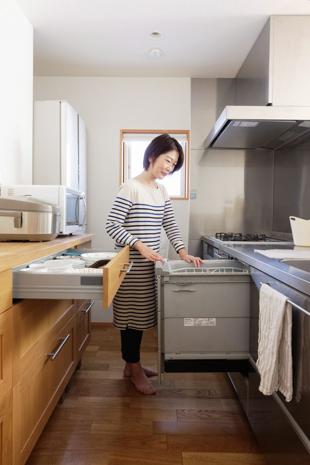 大型の食器棚や吊り戸棚がなくても片づく オープンキッチンの収納例 オープンキッチン 小さなパントリー 日本のキッチン