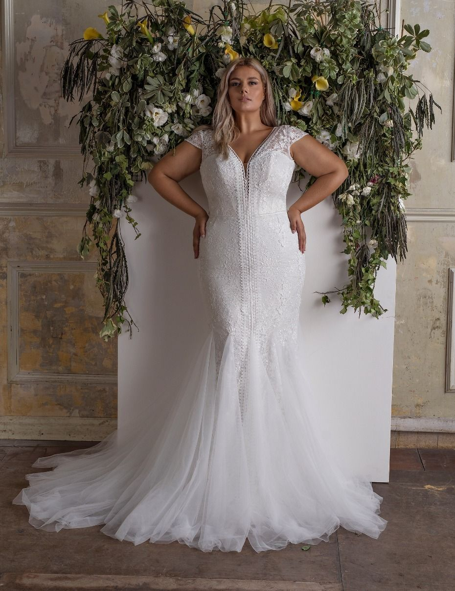 20 Of Our Favorite Gowns For Girls With Curves Everything Wedding