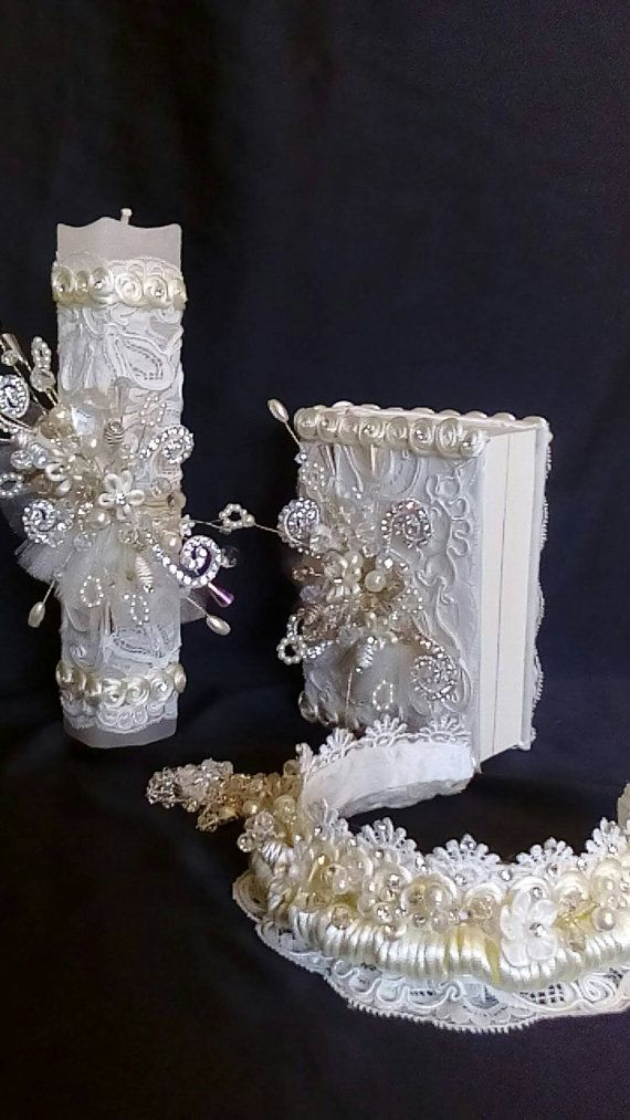 This beautiful set of first communion baptism, is made with unique, white and beige colours and fine details, the candle measures 25 cm high X 4 cm width handling all the accessories for that day in particular each set takes me a week to have it so take into account the elavoracion time and the time of delivery, if your order is urgent please resolve your concerns by sending me a message in the area of questions