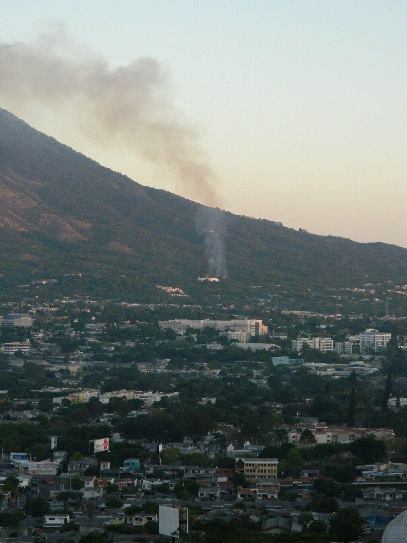 Incendio forestal en Volcán de San Salvador. Vía @GioFlores