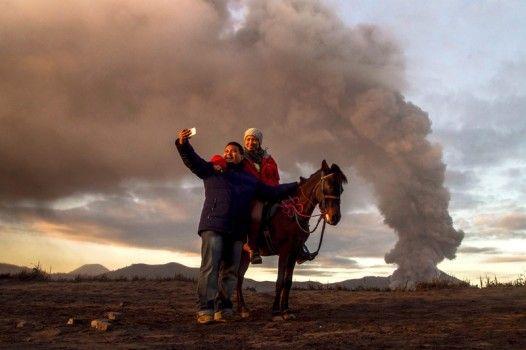 Il vulcano Bromo, in Indonesia, spara cenere in cielo. A quanto pare uno sfondo ideale per selfie.