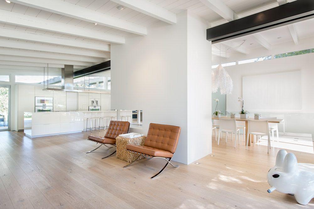 interieur indeling grote ruimte. tussen-haard/muur kan ook een tweezijdige (boeken)kast zijn.