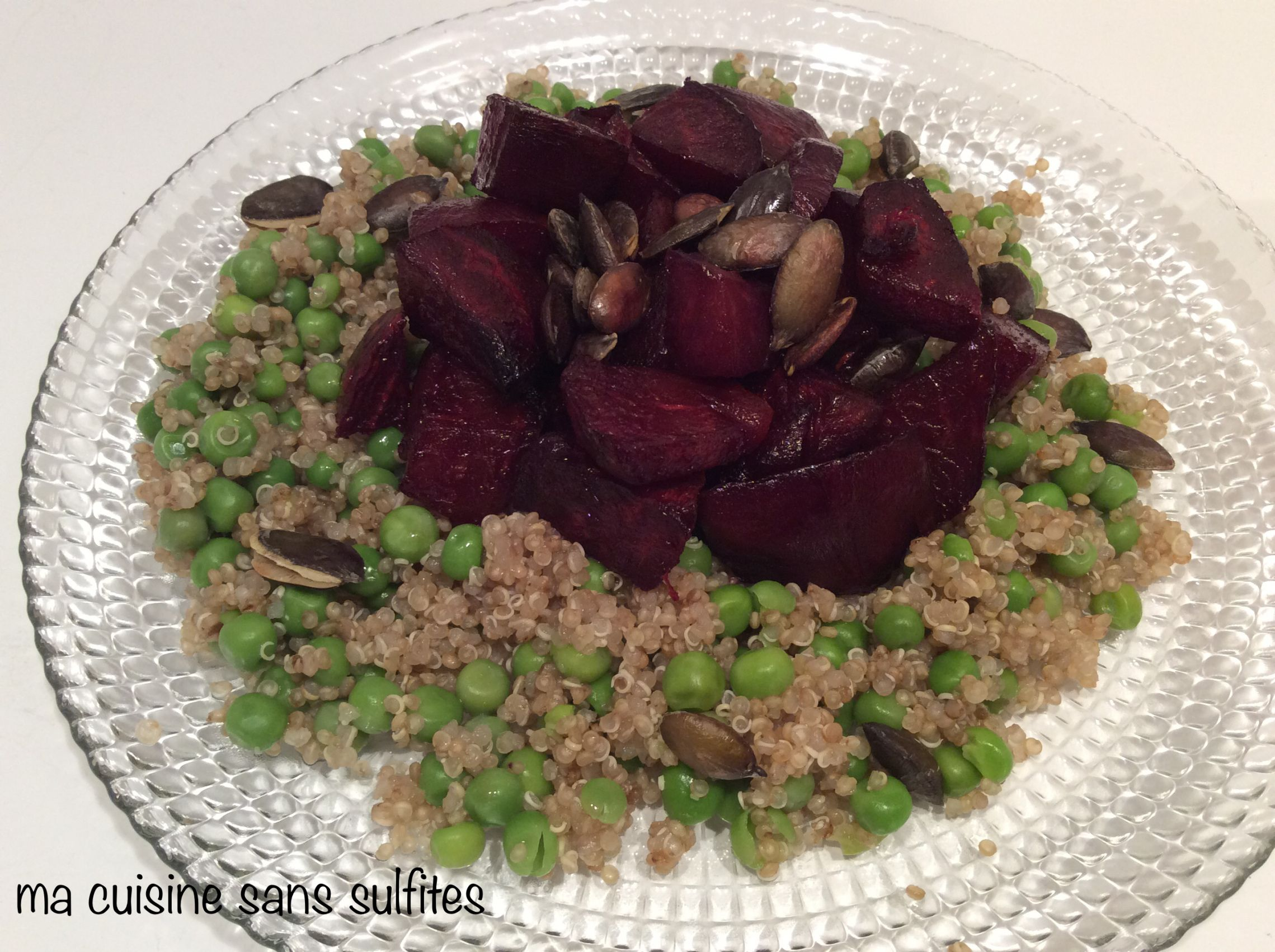 assiette végane de quinoa, betterave, petits pois et graines de courge