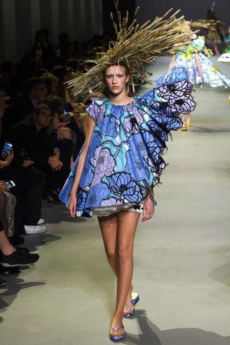 Viktor & Rolf 2015 Couture İlkbahar Koleksiyonu - Eski hasır şapkalar ve çiçekli desenlerden oluşan elbiseleri ile Paris Haute Couture Haftasındaki Viktor & Rolf 2015 ilkbahar yaz koleksiyonu...