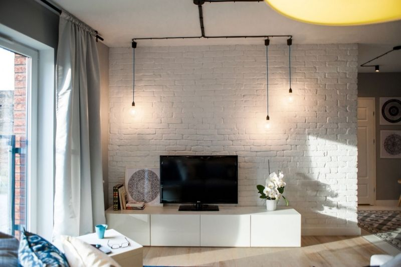 simples Wohnzimmer mit Grundmöblierung in neutralen Farben
