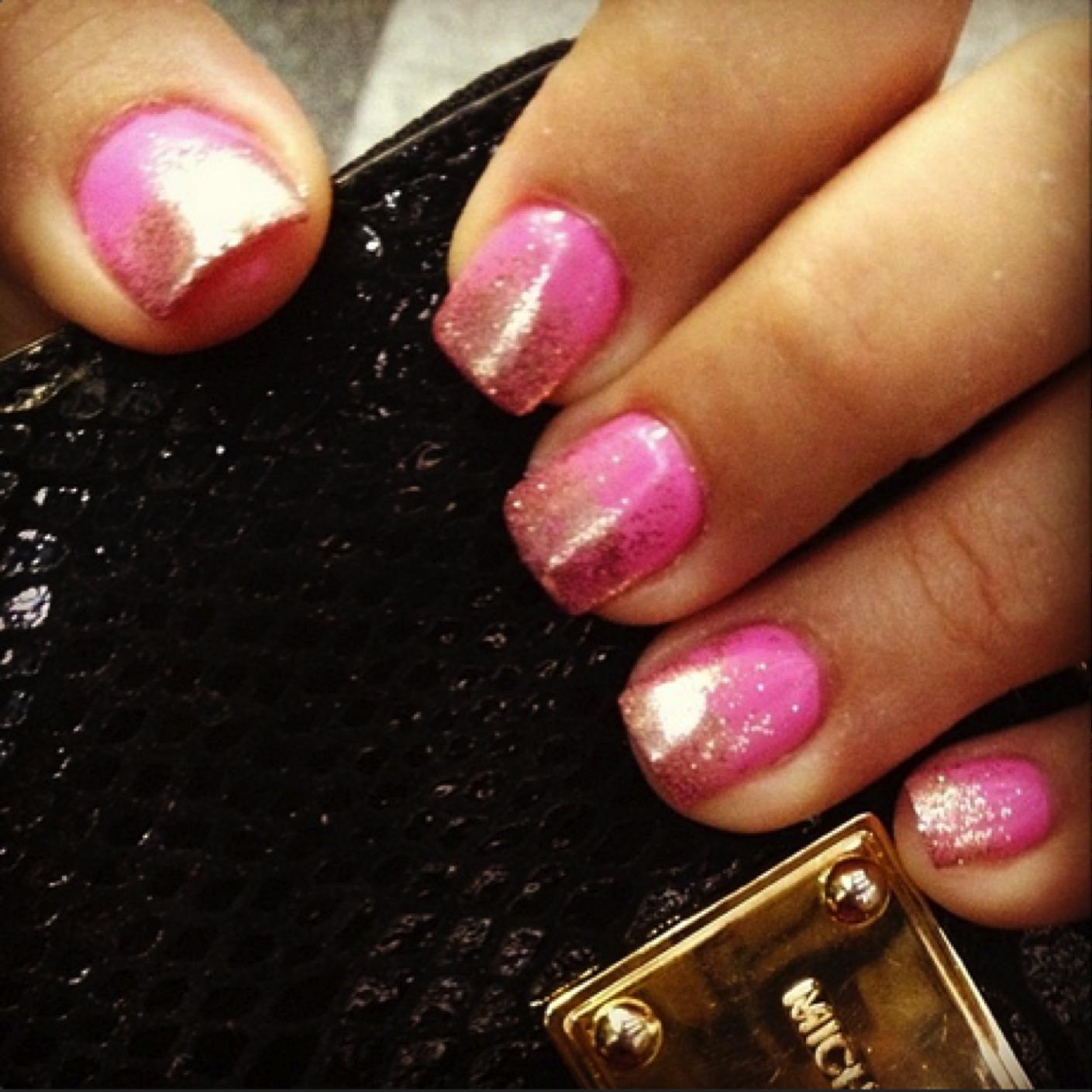 Uñas súper femeninas con glitter. ¡Este efecto degradado es muy original! #segurademi nailart nail art rosa uñas rosas glitter sparkle gelish design moda