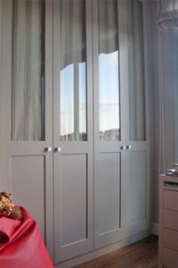 Armario empotrado gris de cuatro puertas con cristal y for Cortinas para armarios empotrados