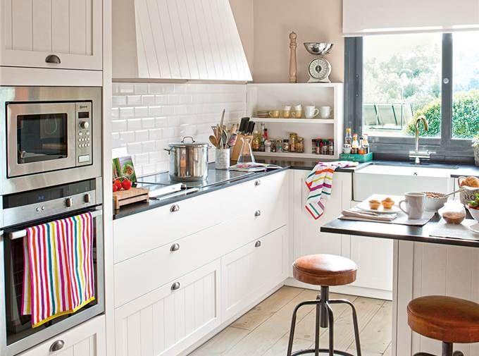 Cocina con l con isla y taburetes tipo industrial 680x505 - Isla para cocinas pequenas ...