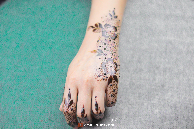 طريقة تطبيق الحناء في المنزل بسيطة تصميم حناء جميل جدا للفتيات العربيات الجميلات اجمل حناء Henna Floral Invitations Template Bridal Henna