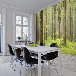 Luonto valtaa kodit. Vihreän eri sävyt luovat harmonisen ja rauhallisen tunnelman tässä metsätapetissa.