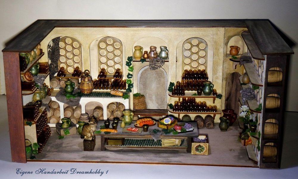 Weinkeller wie aus alter Zeit mit vielen Holzfässern,Glasflaschen und Tonkrügen