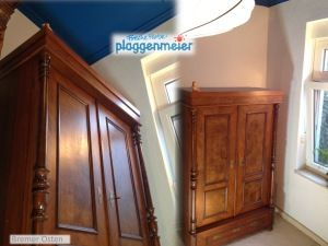 Das Schlafzimmer bekam einen blauen Baldachin vom Maler - da musste das dunkle Holz der Schränke auch seine alte Tiefe wiederbekommen. Den Tipp für die asiatische Lampe aus Berlin gab´s gratis von uns.