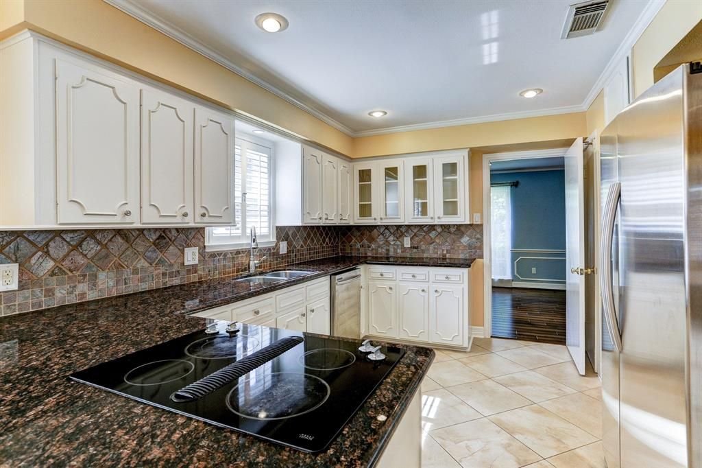 12311 Beauregard Houston Tx Photo Kitchen With Granite Counters Undermount Sink Electric Cooktop Renting A House Kitchen Photos Cooktop