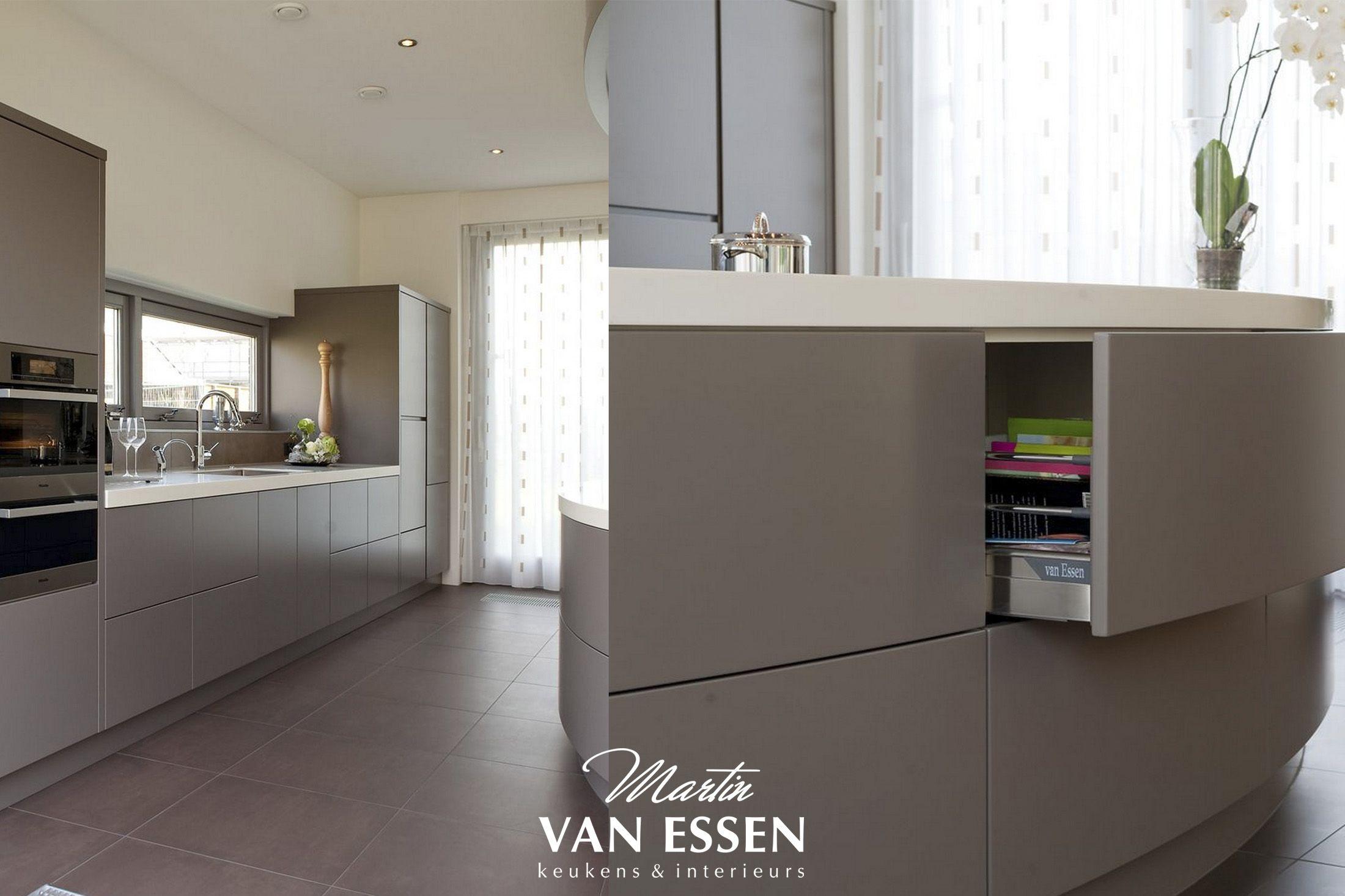 Grijze Keuken Modern : Een prachtige grijze keuken. modern met uniek kookeiland. helemaal