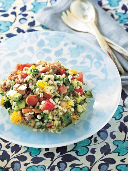 ゆでた押し麦にサイコロ野菜が華やか。スタイリッシュな中近東風サラダ