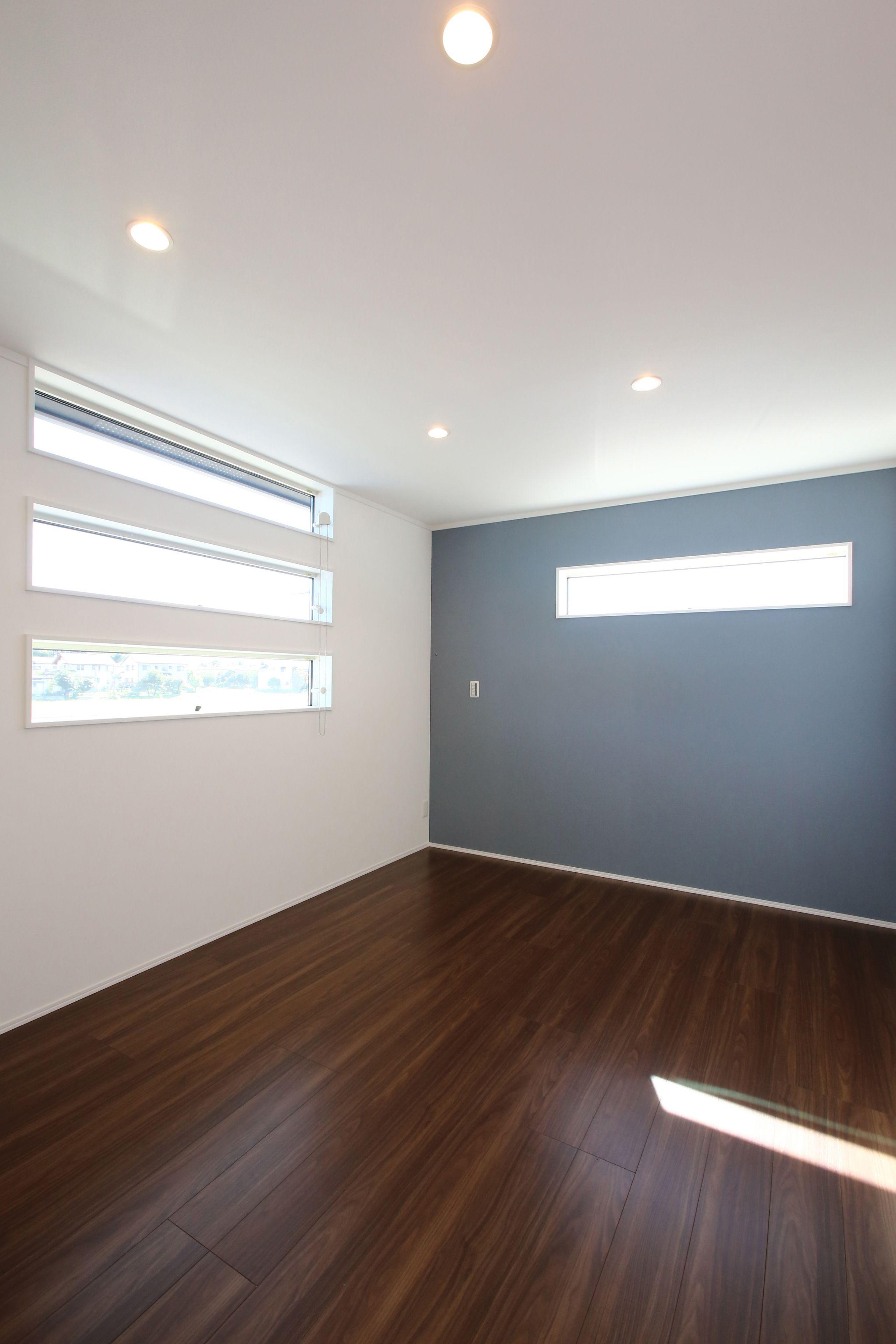窓の配置とアクセントクロスがおしゃれな寝室 寝室 壁紙 おしゃれ 洋室 フローリング