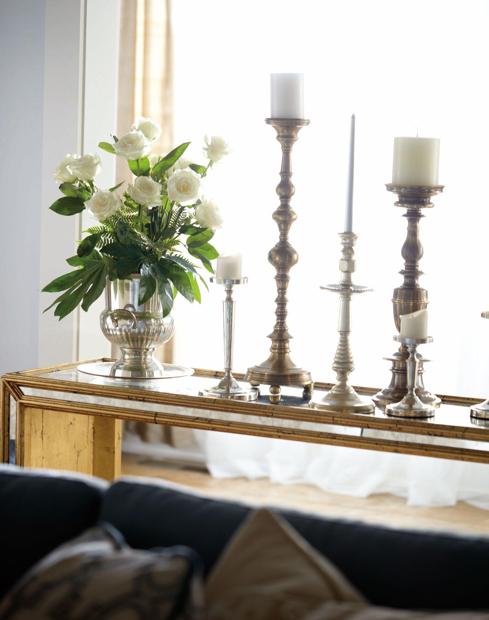 Candelabros Y Flores Sobre Una Mesa Dorada El Estilo Perfecto  # Muebles Tivoli Gijon