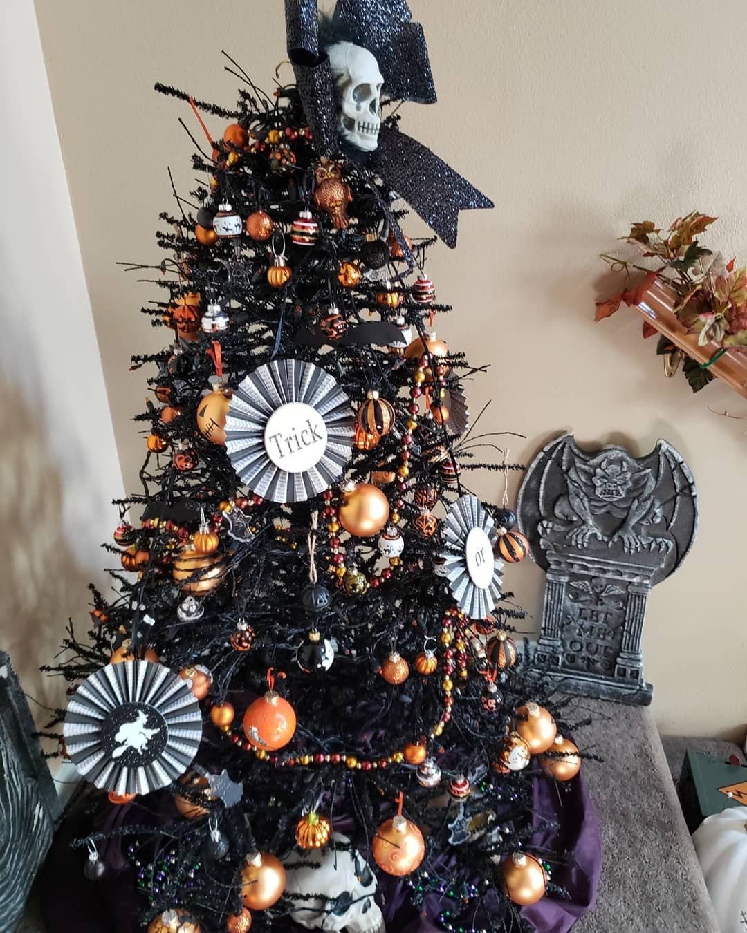 Halloween Trees Are About To Be This Year S Biggest Decor Trend Halloween Christmas Tree Fall Halloween Decor Creepy Christmas
