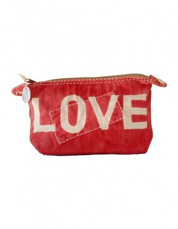 Ali Lamu big red Clutch of natural love- Ali Lamu grande Clutch rosso di amore naturale  Large clutch bag Ali Lamu Made the island of Lamu, in Kenya Handmade of old tanga (100% cotton sail cloths) and hand painted. With zip closure, water resistant lining. Internal zip pocket. Decorated with shells. Size: approx. 32 x 20 cm Machine care instructions   -#suncareadvertising #suncaredesign #suncareevent #suncareproducts #suncareskin