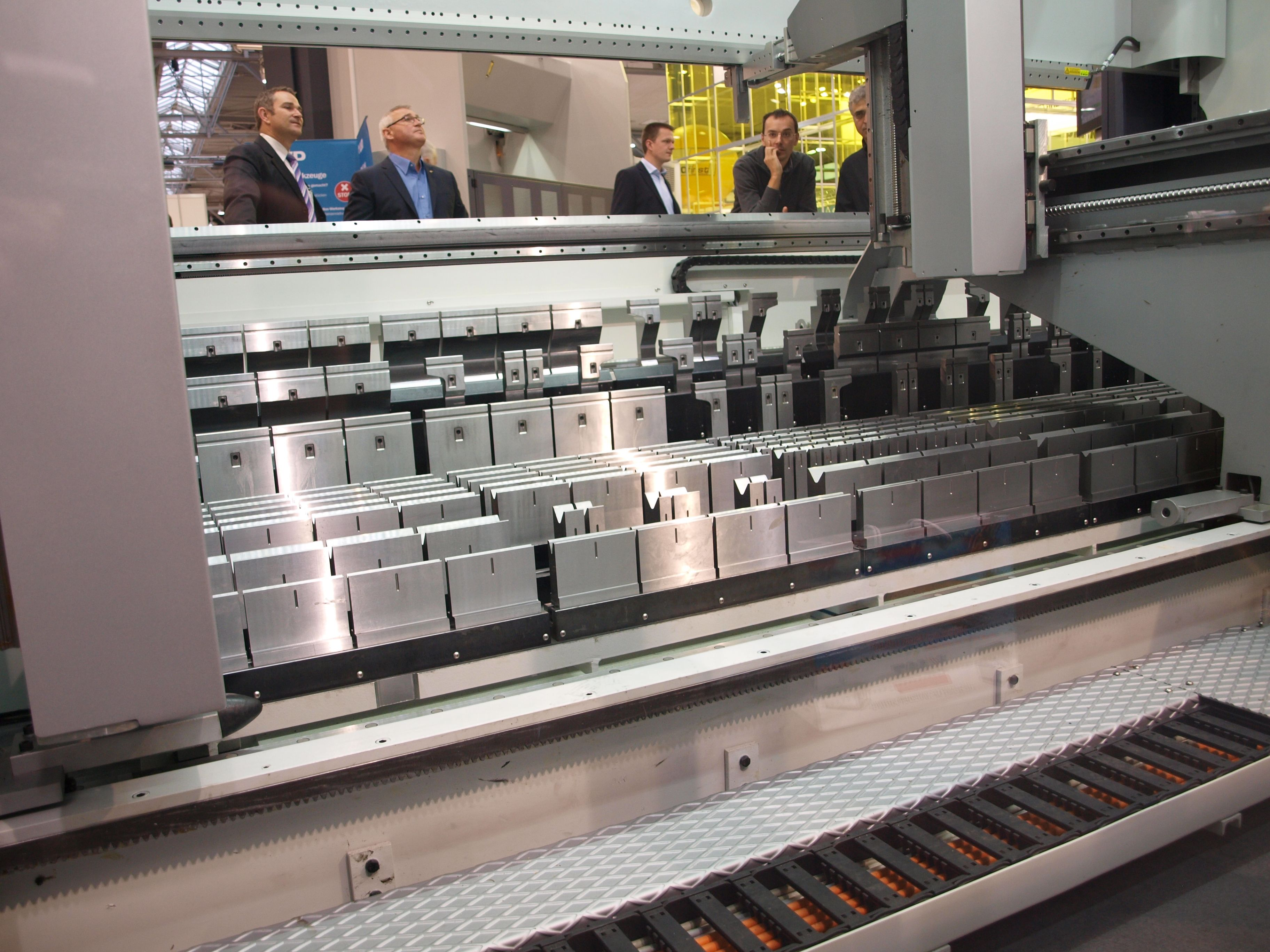 Press Brake Enables Automated Tool Changes Without A Tool Changer Sheet Metal Work Press Brake Press Brake Tooling