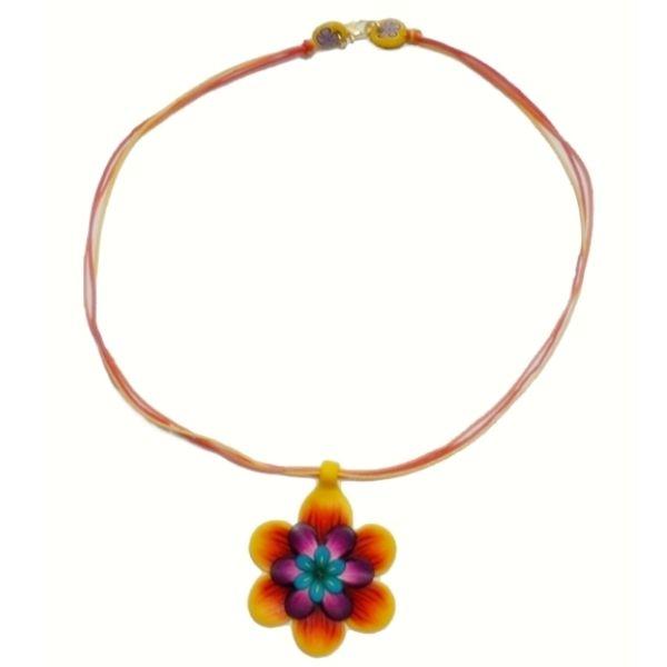 Gargantilha com Flor em cerâmica plástica  www.elo7.com.br/dixiearte