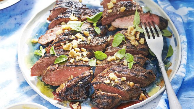 Barbecued lamb fillets with oregano, honey and cinnamon