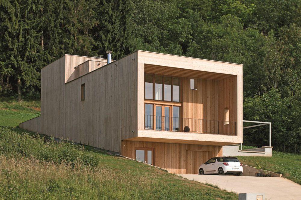 Surplombant La Vallée De Vesoul, Cette Maison Inscrite Sur Un Terrain Pentu  Et étroit Est