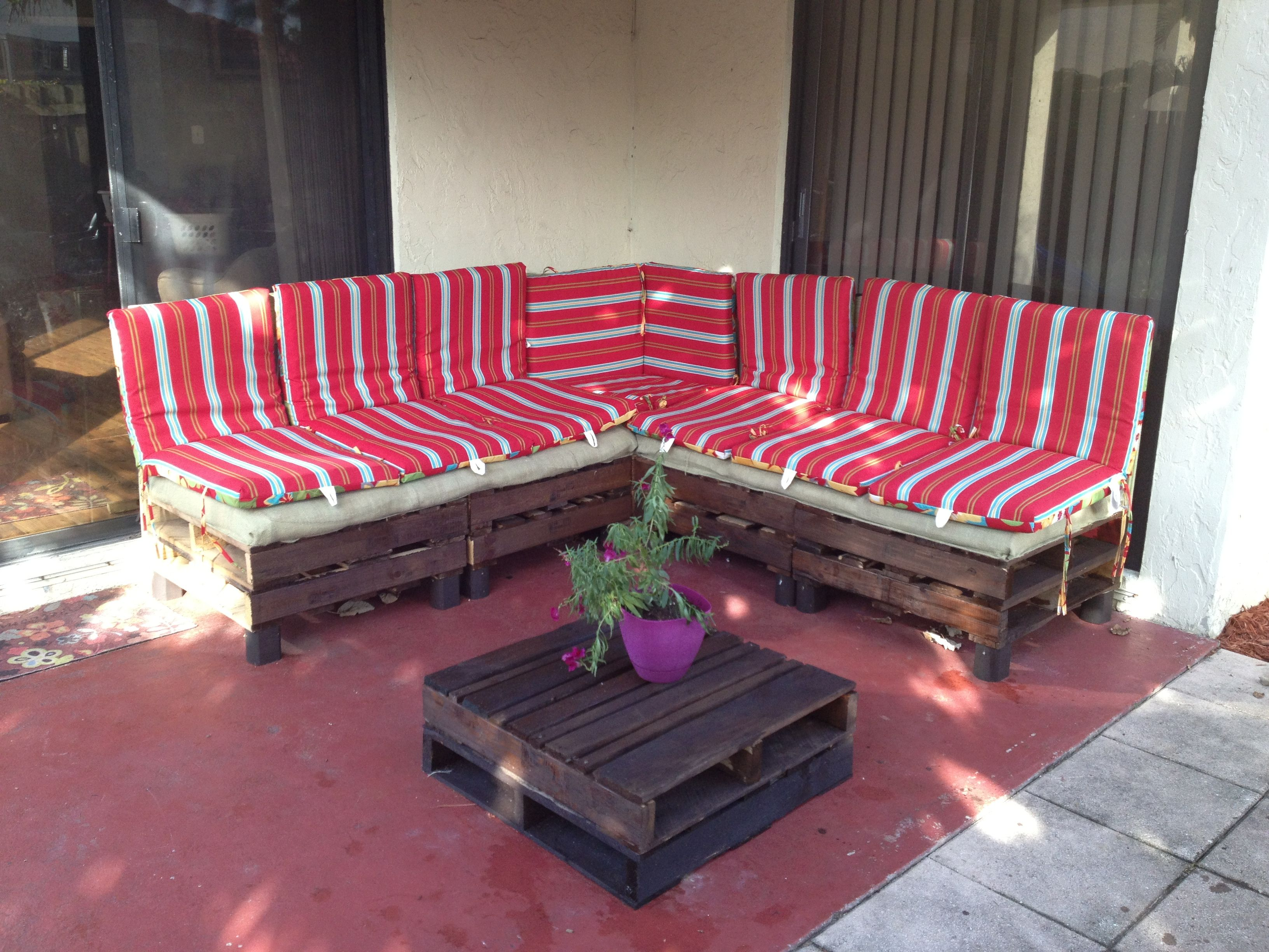 Pallet furniture, easy to build and looks amazing in my patio!