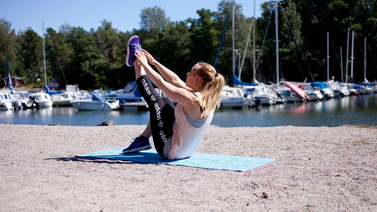 Kaipaatko haastavaa treeniä, jonka voit tehdä missä tahansa ilman apuvälineitä? Personal trainer Liisa Saukkonen ohjeistaa neljän liikkeen treenin, jossa pääset laittamaan itsesi likoon. Tee kaikki liikkeet putkeen, pidä tämän jälkeen... Lue lisää
