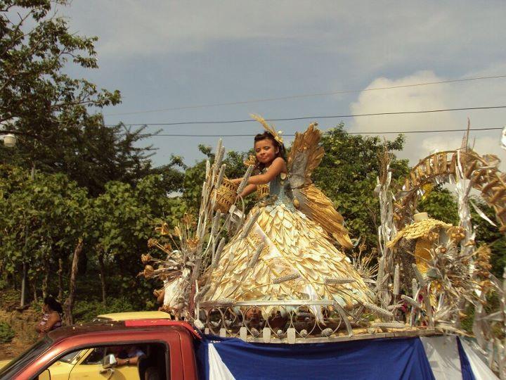 Traje de Fantasia Elaborado con Tuzas y Maiz.  C. E. Cton. El Escarbadero, Estanzuelas, Usulutan, El Salvador