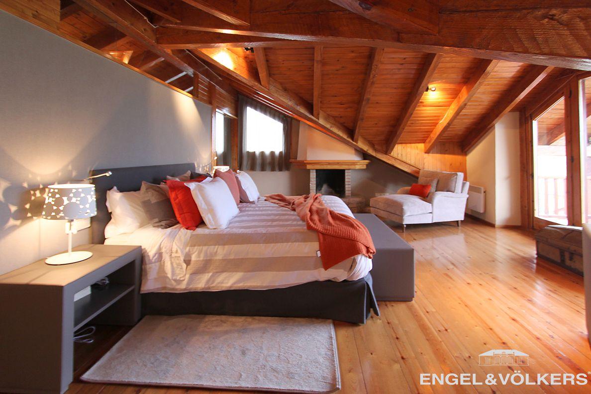 Fabuloso dormitorio con techos de madera chimenea balc n - Balcones interiores casa habitacion ...