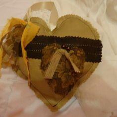 Coeur en coton brun clair avec applications  rubans différentes couleurs